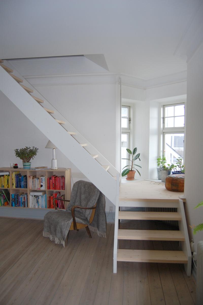 Trappe fra stue til værelse på første sal opført af tømrer fra Fyn