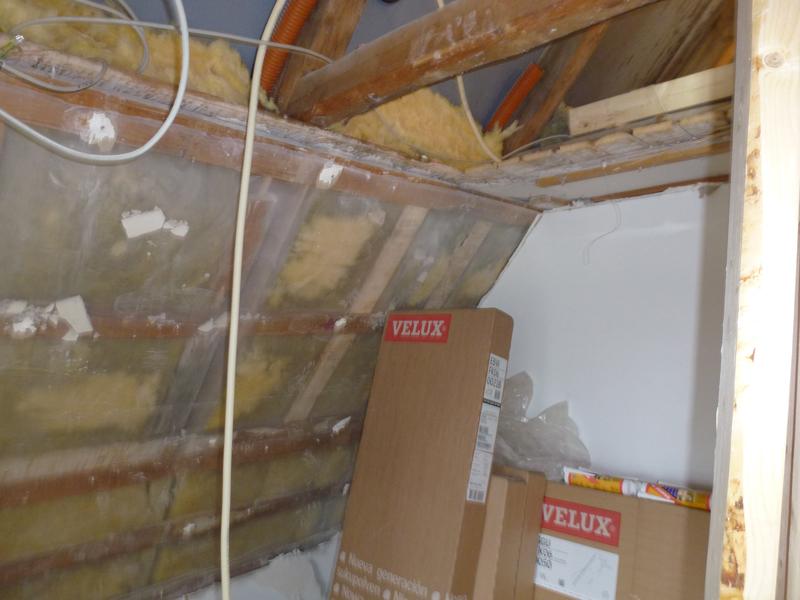 Gamle vægge i værelse brudt ned