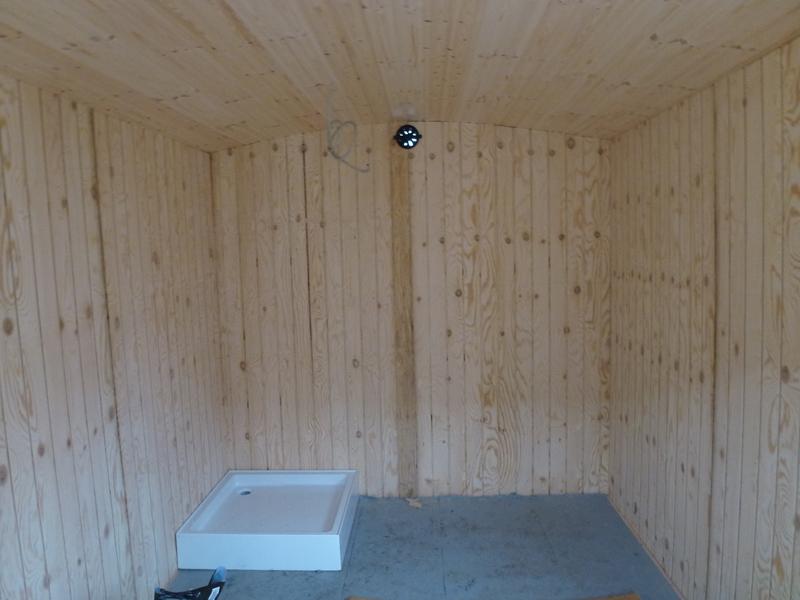 De sidste 90 cm af beboelsesvognen bliver lavet til toilet med brus og håndvask