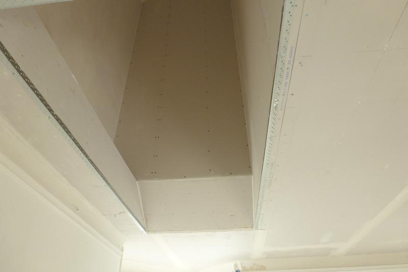 Væg mod værelse danner skørt ved trappehul