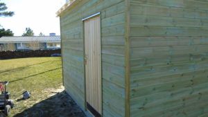 Døren er monteret med kantlister og vandnæse