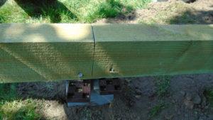 Der klodses op med kiler på begge sider af snittet og de fastgøres til strøen