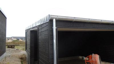 Blikkenslageren har inddækket garagen på samme måde som huset