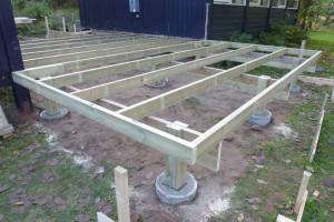 Punktfundamenterne er støbt , remme og strøer er monteret