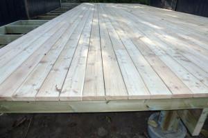 Terrassebrædderne monteres med stålsøm eller skruer, på grund af den syre der er i lærketræ