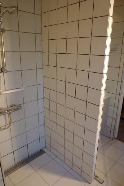 Her ses kombination af nyt gulv, ny brusekabine og gamle vægfliser