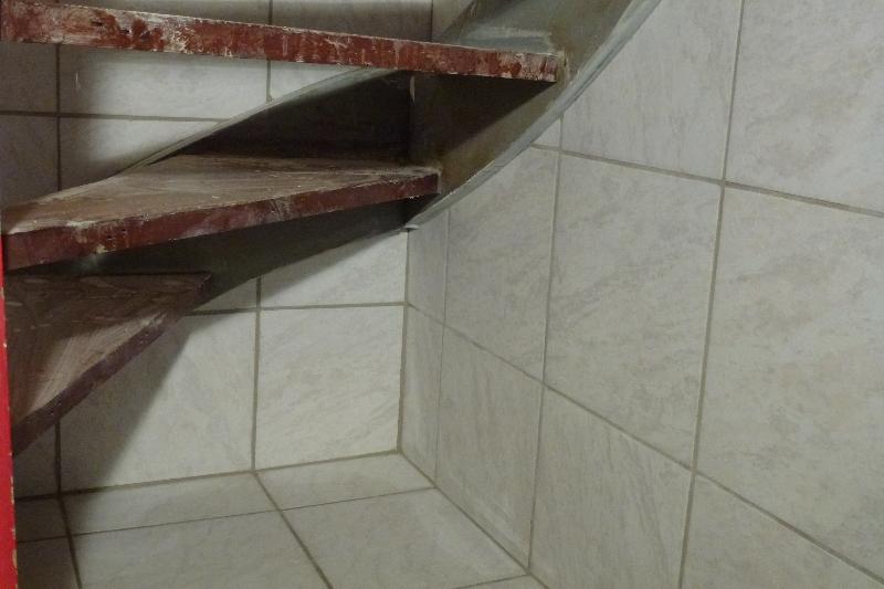 Skæring af fliser op til runding på trappe