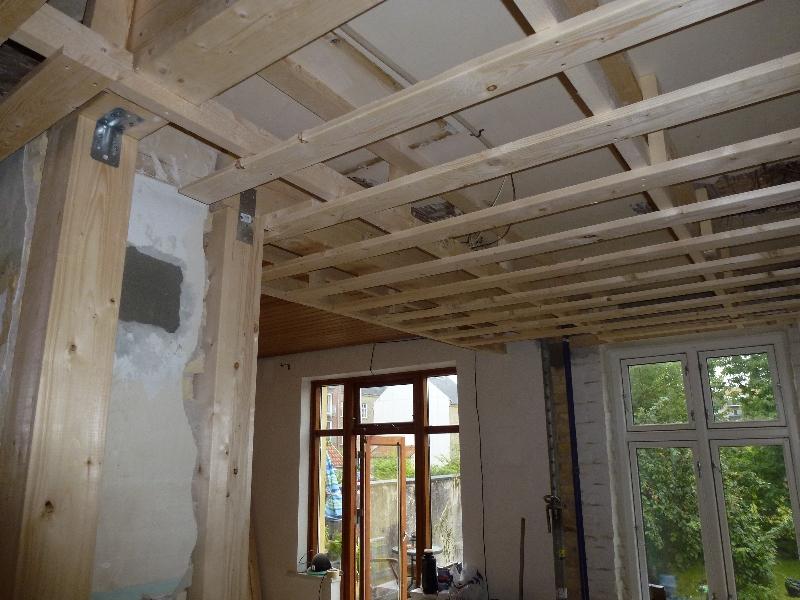 Ned forskalding af loft og 2 limtræs søjler 14X14 cm