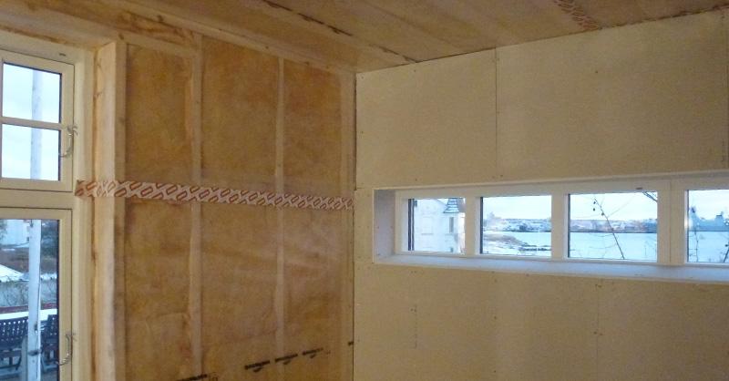 300 mm isolering i tag, gulv og vægge, dampspærre med tape i samlinger