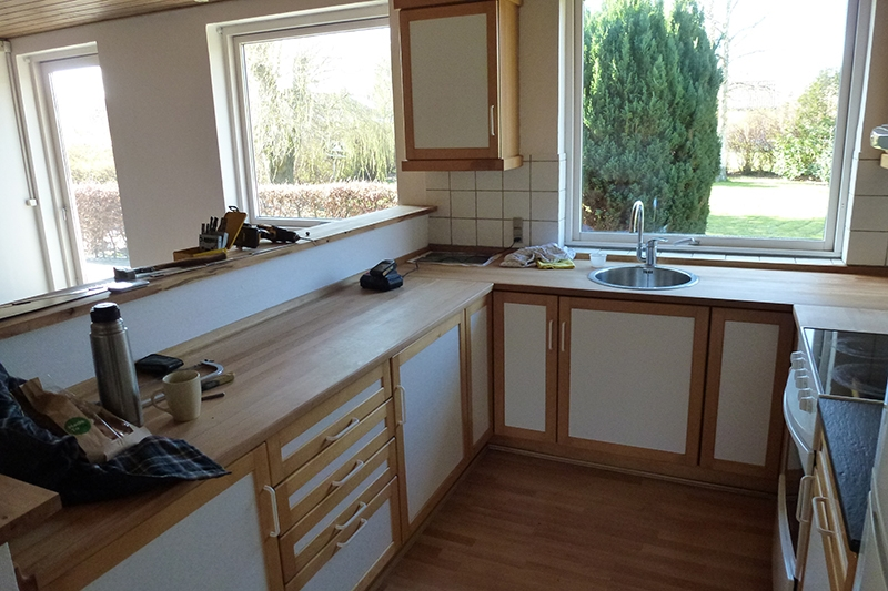 Køkkenet stod i hestesko med to hjørneskabe
