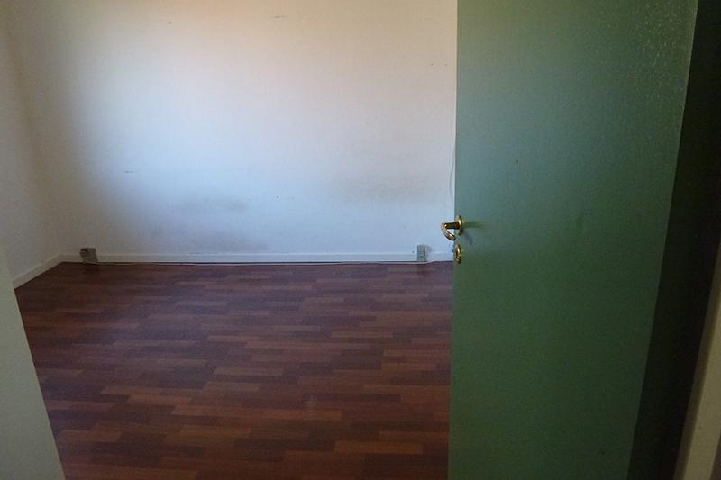 Brunt gulv, grøn dør