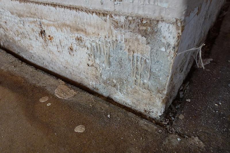 Skaden skyldes dårlige gummifuger ved gulv i badeværelse