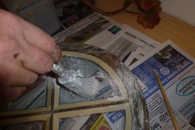 Kridt børstes over glasset for at fjerne kit og olie rester