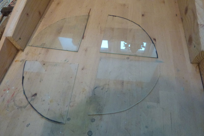 Glasset til vinduet skæres til